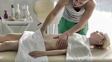 Николас делает вагинальный массаж большим хуем блондинке Мирте