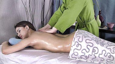 Россиянка Иза получает оргазма и кончу на ебало в финале ебли с массажистом