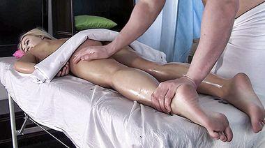 Худышка Джесси Голд кончает от страстной ебли с русским массажистом
