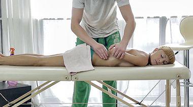 Худая россиянка Лиза дала полизать киску перед нежным трахом с массажистом